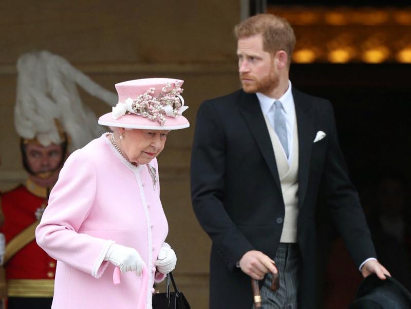 Елизавета II оила аъзоларига шаҳзода Гарри билан ахборот уруши бошлашга рухсат берди