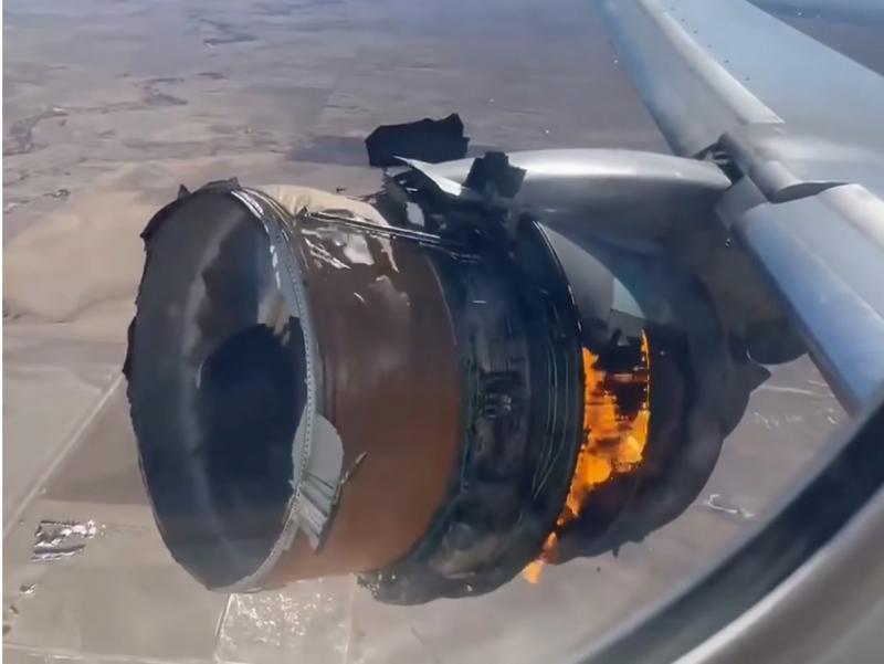 Ҳавода двигатели ёниб кетган самолёт қисмлари аҳоли яшаш манзилига қулади (видео)