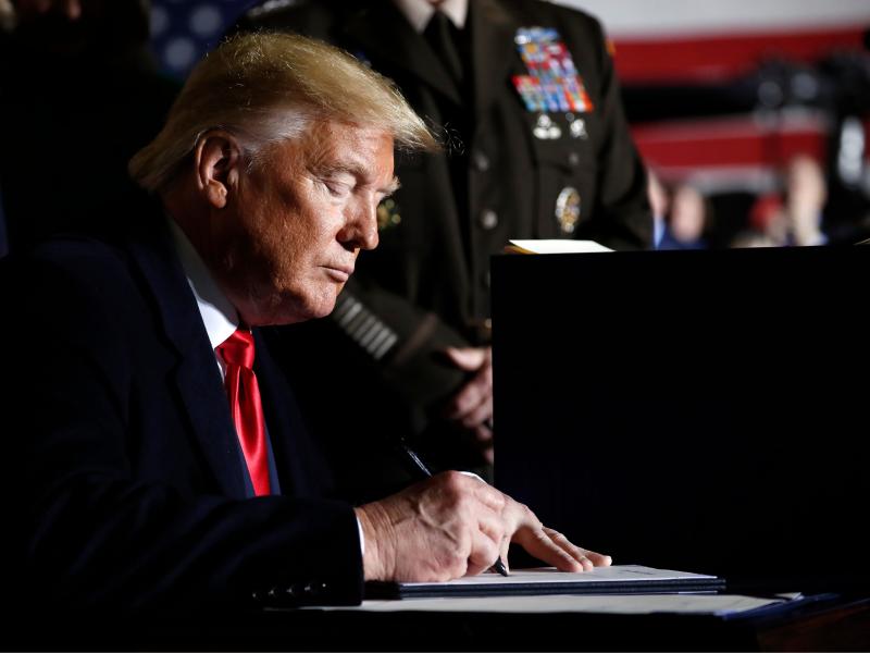 Импичмент можароси: Трамп Сенат мажлисида қатнашмасдан ҳимояланмоқчи