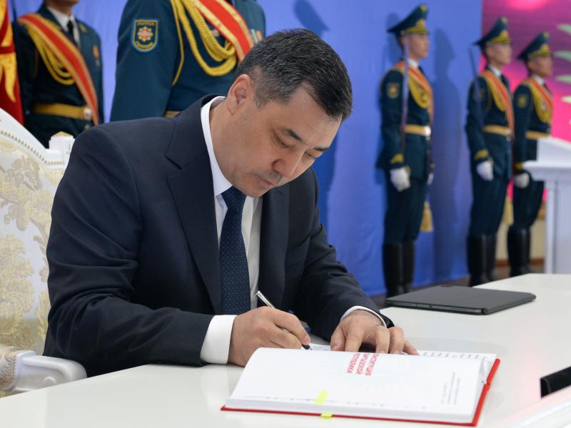 Sadir Japarov Qirg'iziston hukumatini iste'foga chiqardi